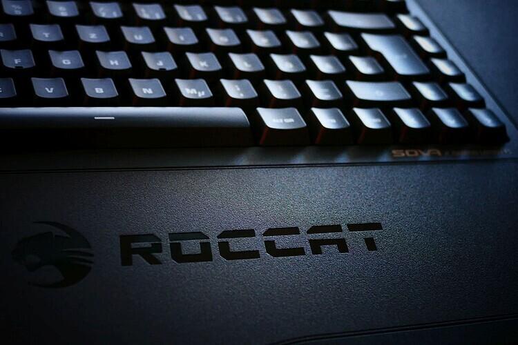 roccat sova tastatur lapboard test auf dem sofa mit der sova. Black Bedroom Furniture Sets. Home Design Ideas